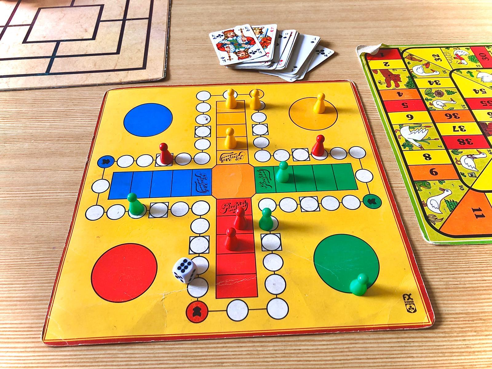 Lara spielt Gesellschaftsspiele mit ihrer Familie
